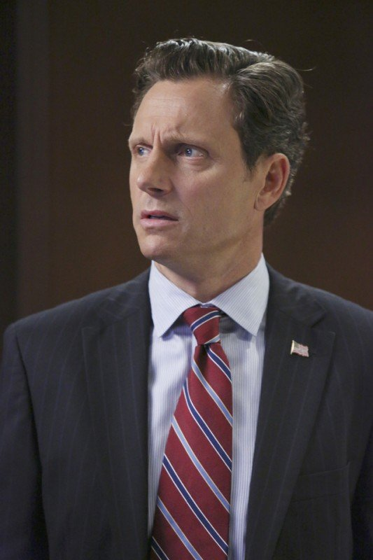 Tony Goldwin in una scena dell'episodio The Other Woman della seconda stagione di Scandal