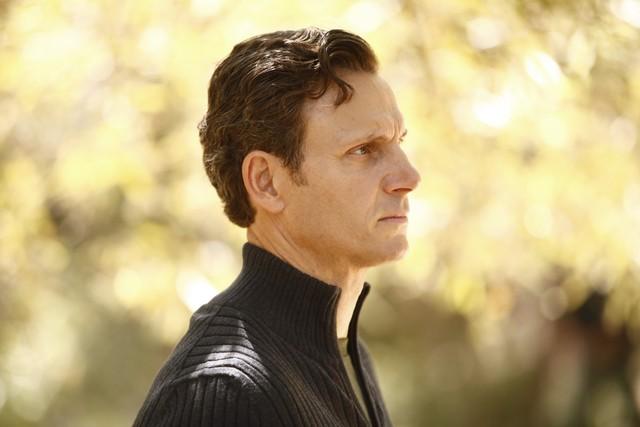 Tony Goldwin in una scena dell'episodio Hunting Season della seconda stagione di Scandal