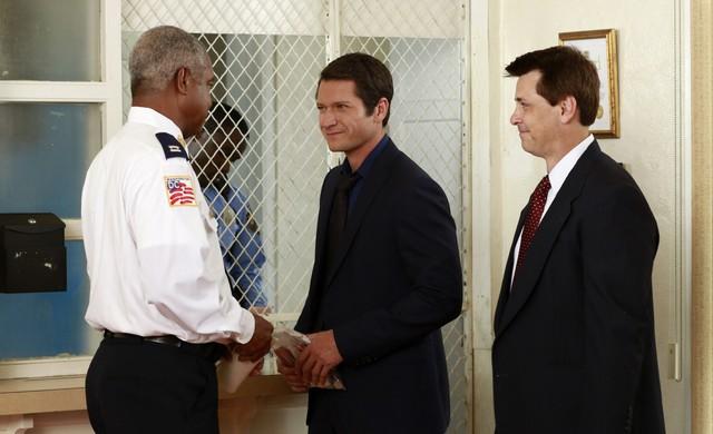 William Charles Mitchell e Creighton James in una scena dell'episodio Beltway Unbuckled della seconda stagione di Scandal