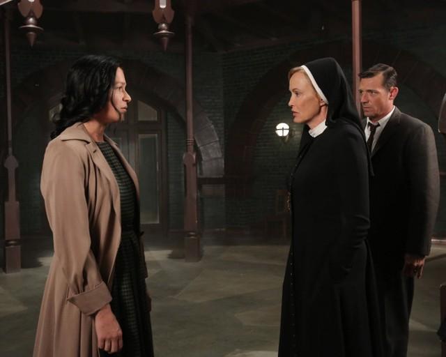 American Horror Story, Asylum - Jessica Lange e Franka Potente nell'episodio I Am Anne Frank (parte 2) con David Chisum