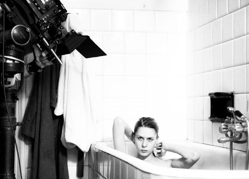 Tutto parla di te: Elena Radonicich nella vasca da bagno sul set del film