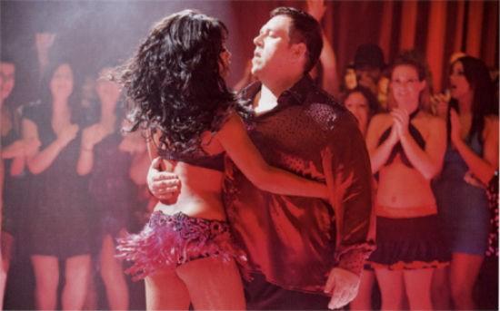Cuban Fury: Nick Frost impegnato ina una caliente scena di danza con una procace ballerina
