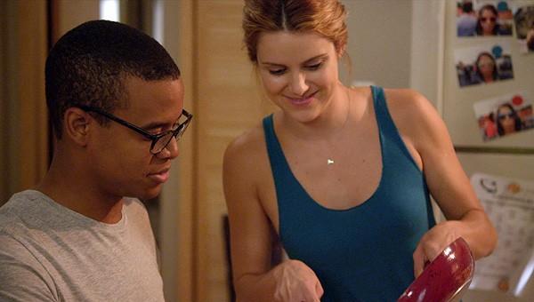 Elisabeth Hower e Jordan Carlos in una scena dell'episodio Quind No Quo della prima stagione della serie In cerca di Jane