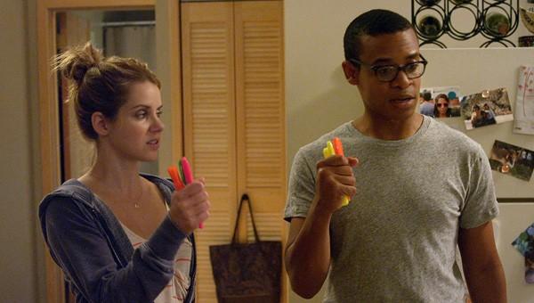 Elisabeth Hower e Jordan Carlos in una scena dell'episodio Sextipated della prima stagione della serie In cerca di Jane