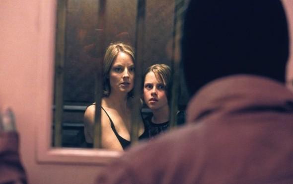 Kristen Stewart con Jodie Foster in una sequenza di Panic Room di David Fincher