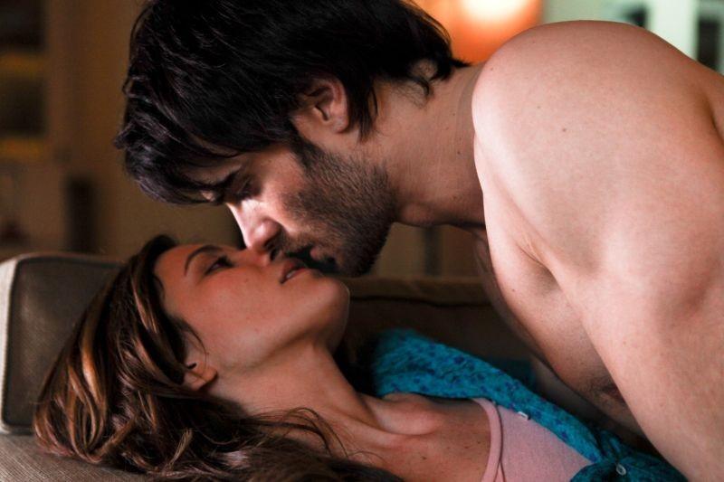 L'amore è imperfetto: Anna Foglietta e Giulio Berruti si baciano appassionatamente in una scena del film