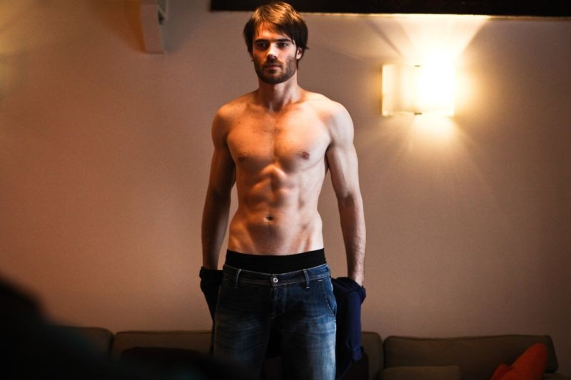 L'amore è imperfetto: Giulio Berruti a torso nudo in una scena del film