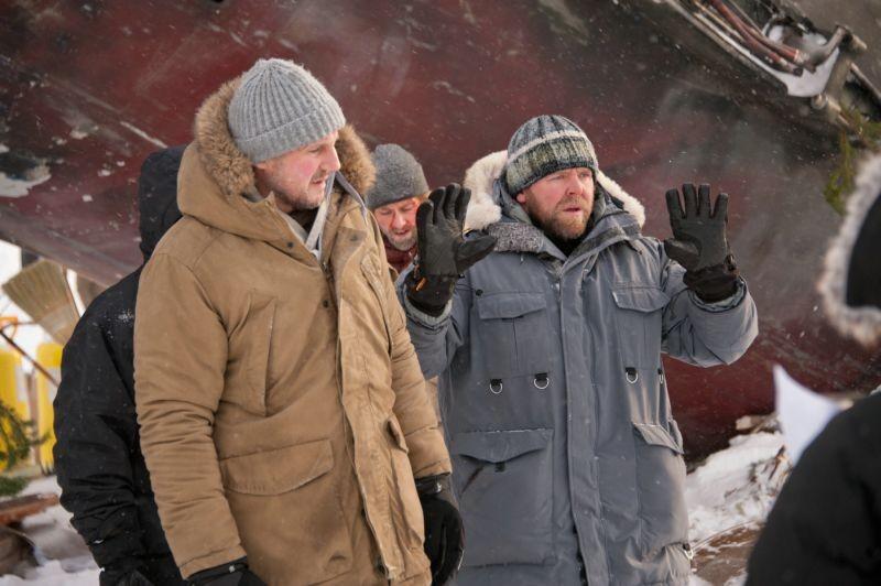 Liam Neeson con il regista del film Joe Carnahan sul set di The Grey