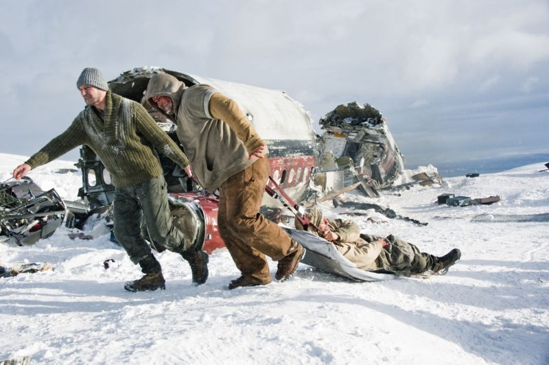 Liam Neeson e Ben Bray in una movimentata scena di The Grey