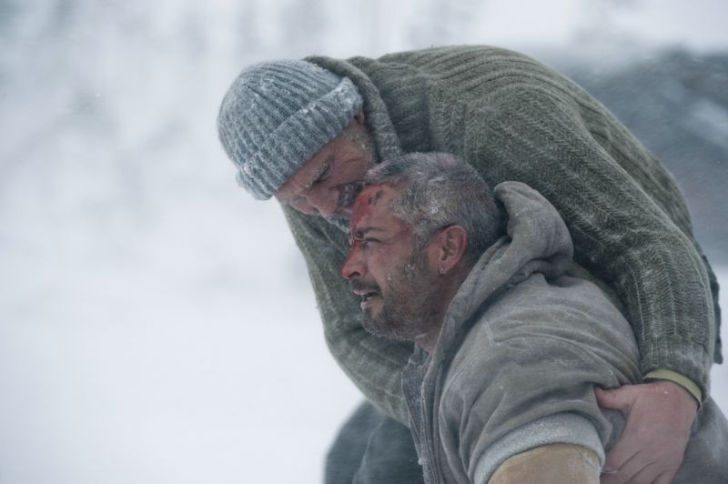 Liam Neeson e Ben Bray in una scena di The Grey