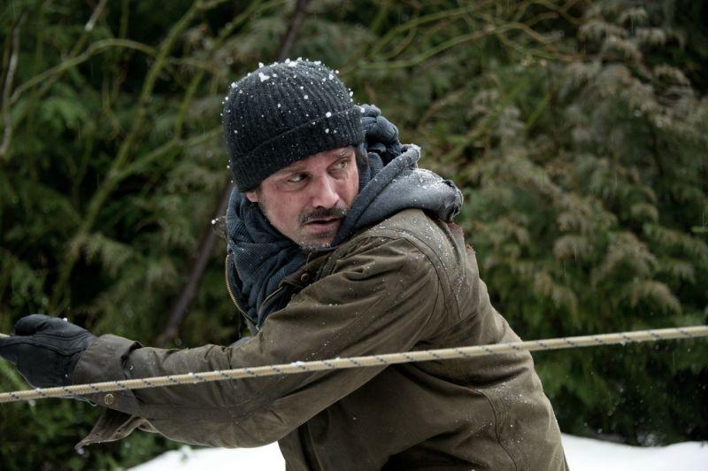 Frank Grillo in una scena di The Grey
