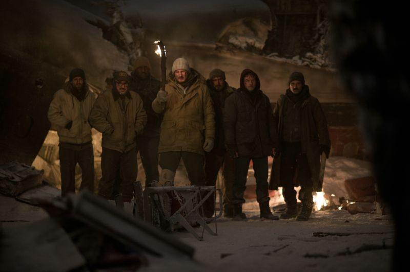 Liam Neeson insieme ai suoi compagni di squadra scampati ad un incidente aereo in The Grey