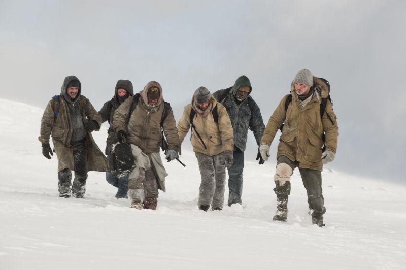 Liam Neeson insieme ai suoi compagni di sventura in una scena di The Grey