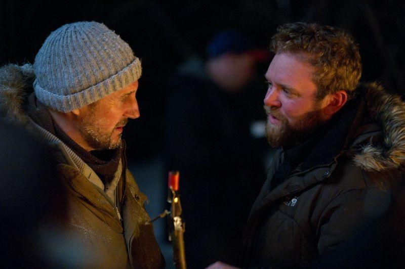 Liam Neeson insieme al regista Joe Carnahan sul set di The Grey