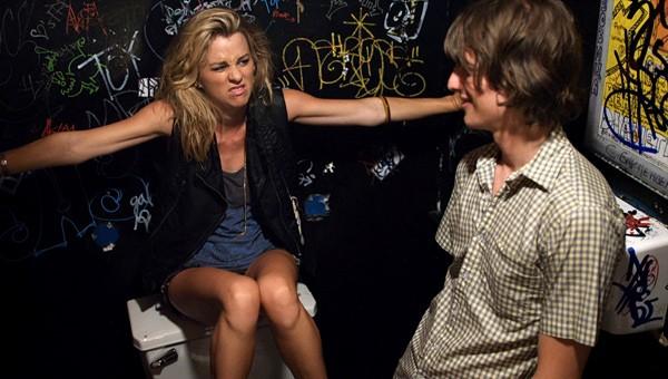 Peter Vack e Kim Shaw in una scena del pilot della prima stagione della serie In cerca di Jane