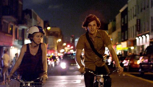 Peter Vack e Kim Shaw in una scena dell'episodio Baby Monkeys della prima stagione della serie In cerca di Jane