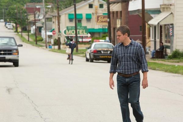 Promised Land: Matt Damon a passeggio nella cittadina in cui il film è ambientato