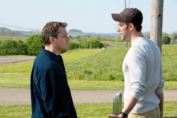 Promised Land: Matt Damon e John Krasinski discutono in una scena del film