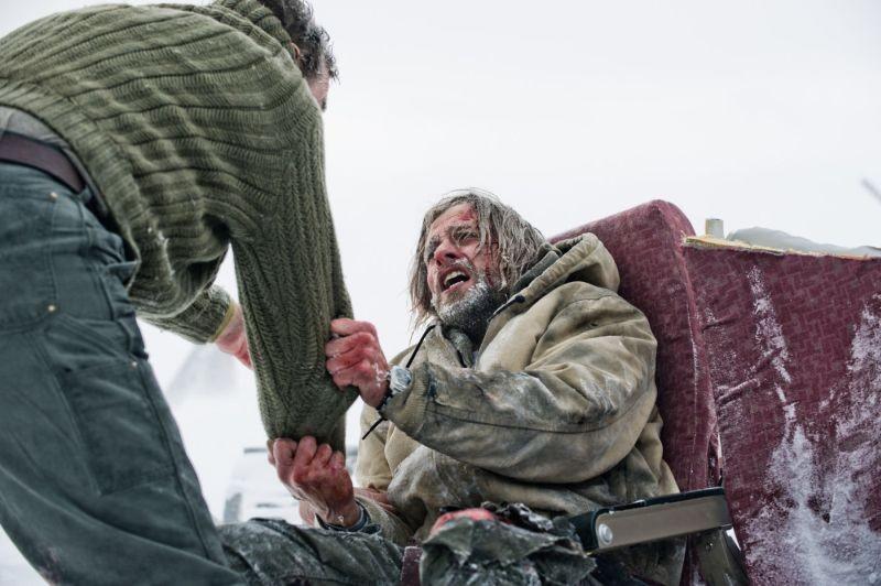 The Grey: Liam Neeson (di spalle) e Joe Anderson in una drammatica scena del film