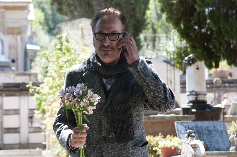 Una famiglia perfetta: Marco Giallini in una scena del film al cimitero
