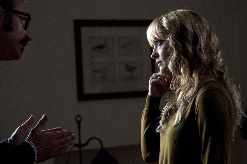 Una famiglia perfetta: Marco Giallini parla con Carolina Crescentini in una scena
