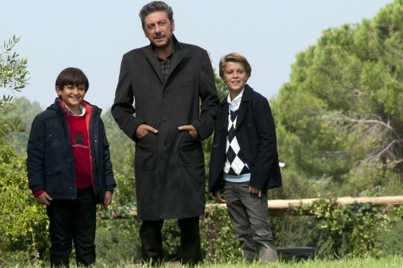 Una famiglia perfetta: Sergio Castellitto con Giacomo Nasta e Lorenzo Zurzolo in una scena del film