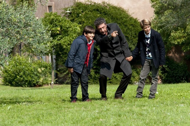 Una famiglia perfetta: Sergio Castellitto insieme a Giacomo Nasta e Lorenzo Zurzolo in una scena del film
