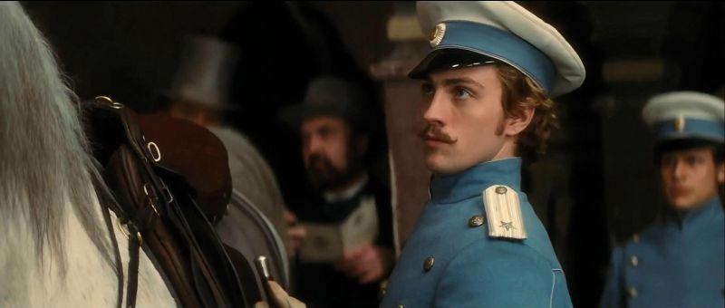 Aaron Johnson nei panni dell'ufficiale di cavalleria Vronsky in una scena di Anna Karenina