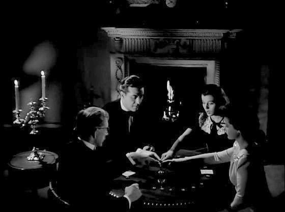 Alan Napier, Ray Milland, Gail Russell e Ruth Hussey in una scena de La casa sulla scogliera