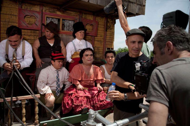Blancanieves: la compagnia di nani toreri sul set insieme al regista Pablo Berger