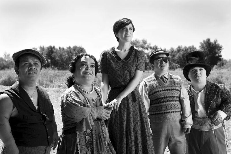 Blancanieves: Macarena Garcìa in una scena con la compagnia di nani toreri che la adotta