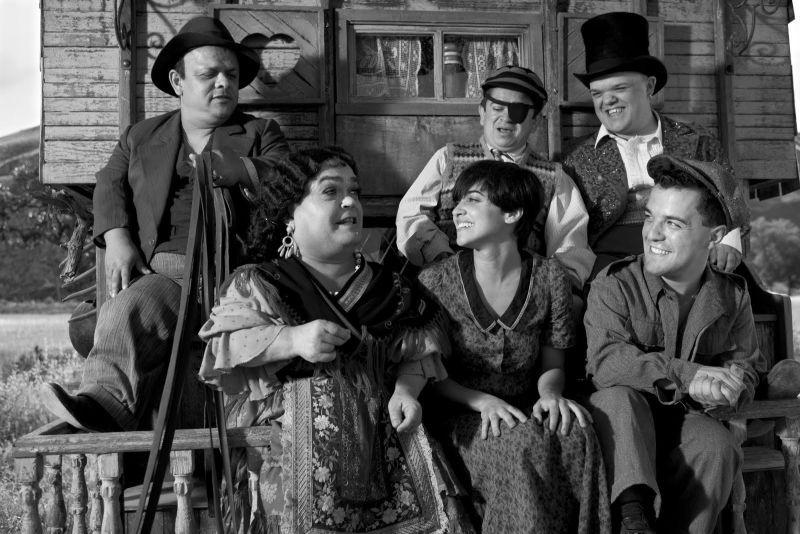 Blancanieves: Macarena Garcìa insieme alla compagnia di nani toreri in una scena