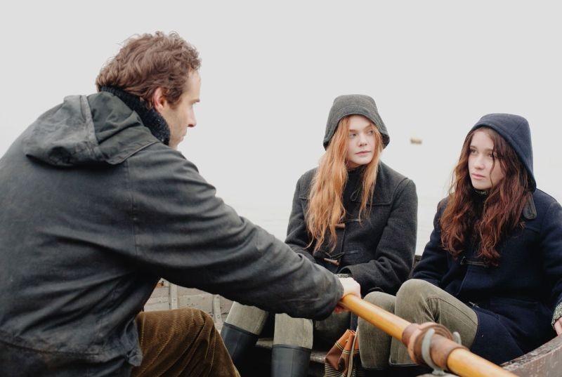 Elle Fanning e Alice Englart in un'immagine di Ginger & Rosa insieme ad Alessandro Nivola