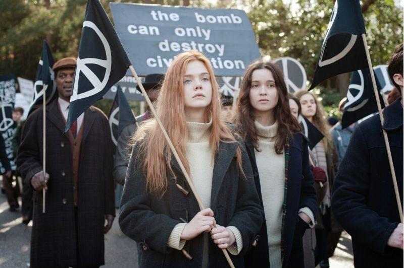 Elle Fanning e Alice Englart in una scena di Ginger & Rosa durante una manifestazione pacifista