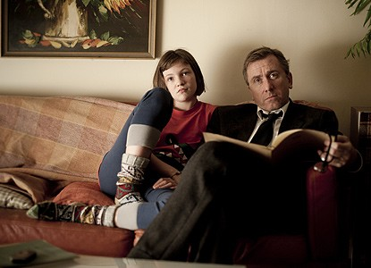 Eloise Laurence e Tim Roth in una scena di Broken
