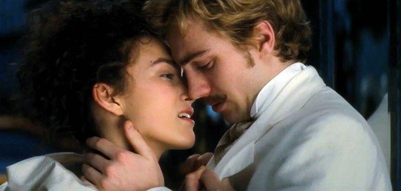 Keira Knightley bacia Aaron Johnson in una scena di Anna Karenina