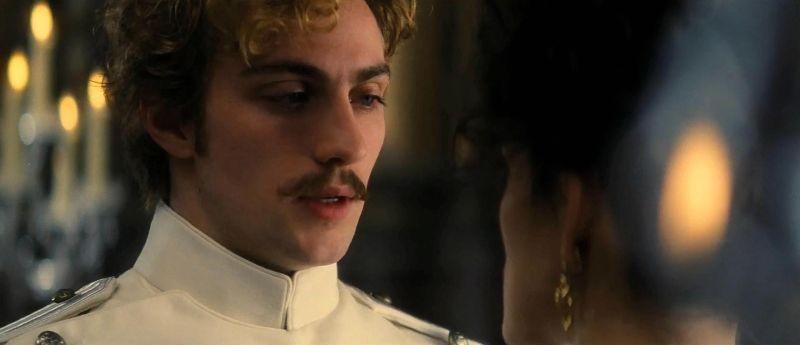 Keira Knightley (di spalle) e Aaron Johnson in una scena di Anna Karenina