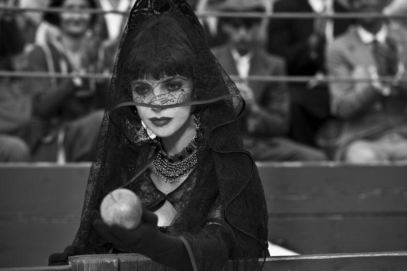 Maribel Verdù è la matrigna con la mela avvelenata in una scena di Blancanieves