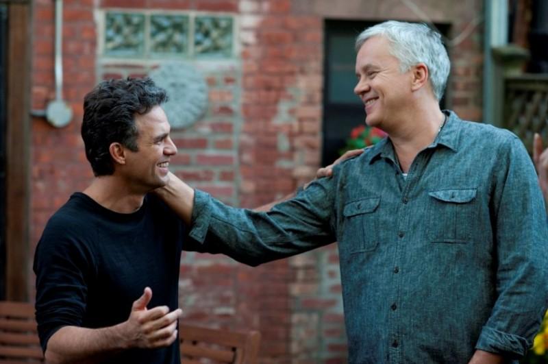 Tentazioni (Ir)resistibili: Mark Ruffalo e Tim Robbins sorridenti in una scena del film