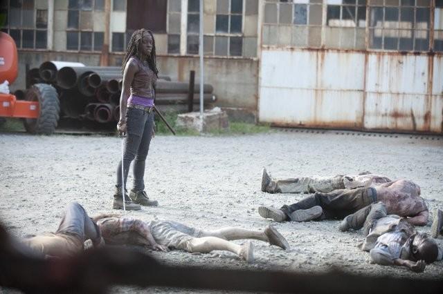 The Walking Dead: Danai Jekesai Gurira in mezzo agli Erranti uccisi, nell'episodio Basta una parola