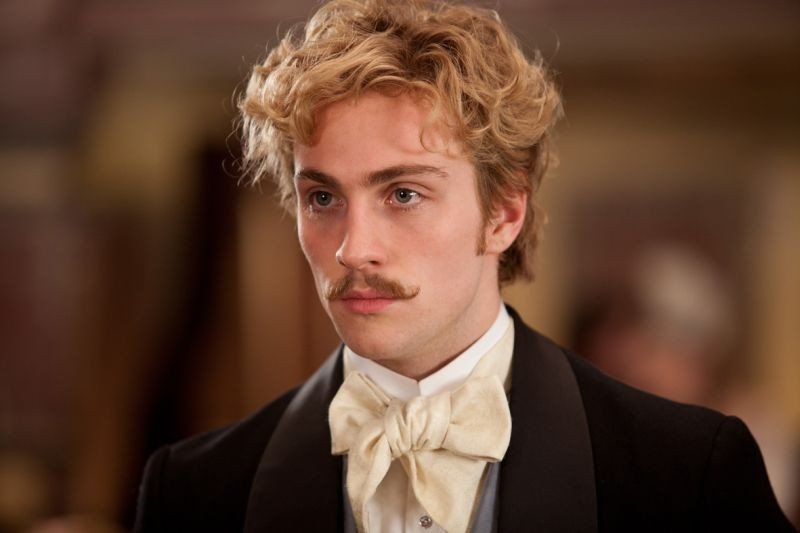 Un bel primo piano di Aaron Johnson in Anna Karenina