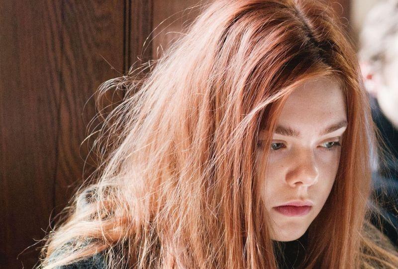 Un intenso primo piano di Elle Fanning tratto da Ginger & Rosa