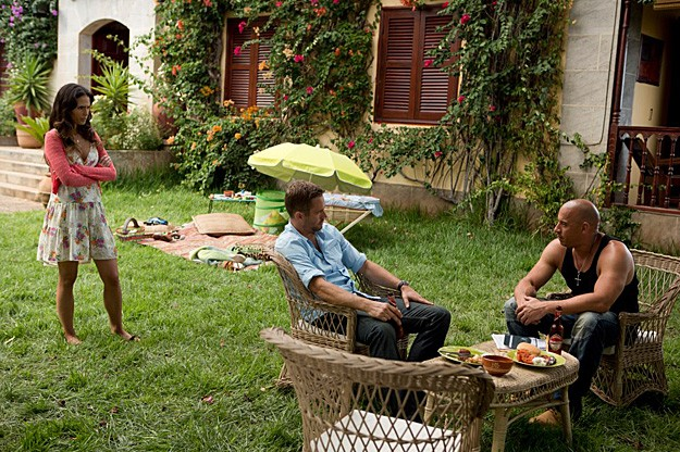 Vin Diesel e Paul Walker fanno colazione in giardino sul set di The Fast and the Furious 6