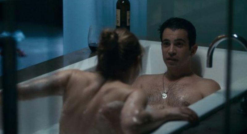 28 Hotel Rooms: Chris Messina e Marin Ireland fanno nella vasca da bagno in una scena del film