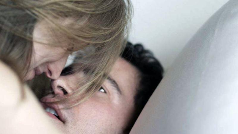 28 Hotel Rooms: Chris Messina e Marin Ireland in una scena del film