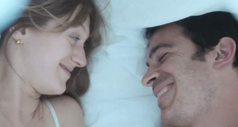 28 Hotel Rooms: Chris Messina e Marin Ireland sorridono in una scena