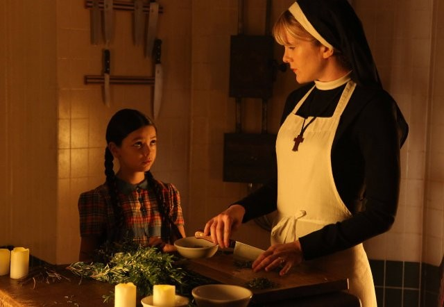 American Horror Story: Lily Rabe con la piccola Nikki Hahn in The Origins of Monstrosity - episodio della seconda stagione
