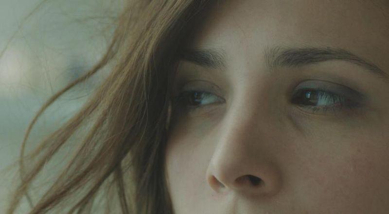 Breaking Horizon: lo sguardo di Aylin Tezel in una scena del film