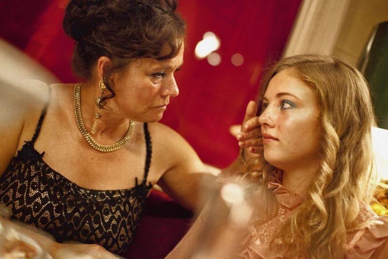 Call Girl: Pernilla August e Sofia Karemyr in una scena del film