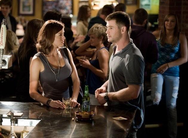 Chris Hemsworth e Adrianne Palicki in Red Dawn